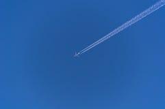 Diagonalny samolotowy ślad na jasnym niebieskim niebie Zdjęcie Royalty Free