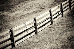 Diagonalny sepiowy rolny drewniany płotowy tło Obrazy Stock