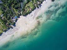 Diagonals av stranden, semesterorter och havet på den Koh Chang ön royaltyfria bilder