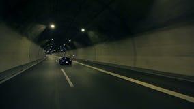 Diagonalskott av korvetts drev förbi i en tunnel arkivfilmer