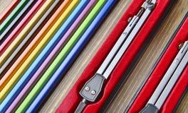 Diagonaly arranjou lápis e compassos de calibre da cor Foto de Stock Royalty Free