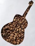 diagram av en akustisk gitarr med grillade kaffebönor och vit bakgrund royaltyfria bilder