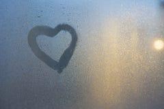 Diagram av hjärtan på ett djupfryst fönster i staden Fotografering för Bildbyråer