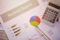 Diagram för affärsrapport som förbereder den summariska rapporten för grafräknemaskinbegrepp i diagram för statistikcirkelpaj på  royaltyfri bild