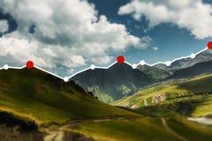 Diagram för stearinljuspinnegraf på berglandskapbakgrund, finansiellt idérikt begrepp för framgång Arkivbilder