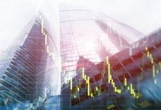 Diagram f?r graf f?r tillv?xt f?r universell bakgrund f?r finans abstrakt ekonomiskt handla p? futuristisk stad dubbel exponering royaltyfria foton