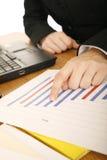 diagram hand som pekar försäljningar Arkivfoton