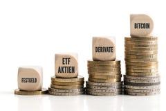 Diagram ut ur staplade mynt som visar skillnaderna mellan de olika metoderna av att investera Arkivfoto