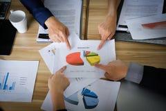 Diagrama colorido do presente bem sucedido da equipe do negócio no fundo do texto fotos de stock royalty free