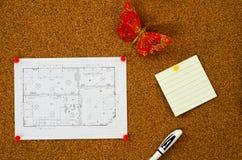 Diagrama da planta baixa com uma nota em um corkboard Imagem de Stock Royalty Free