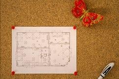 Diagrama da planta baixa em um corkboard Fotografia de Stock Royalty Free