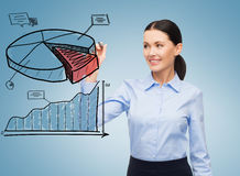 Diagrama de torta do desenho da mulher de negócios no ar Foto de Stock