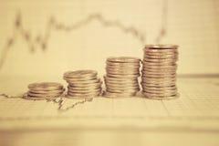 Diagrama en informe financiero, monedas del negocio Imagenes de archivo