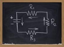 Diagrama esquemático do circuito elétrico no quadro-negro Fotos de Stock Royalty Free