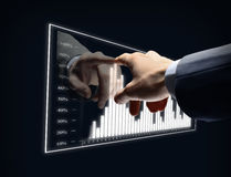 Diagrama virtual del tacto de la mano del hombre de negocios Foto de archivo