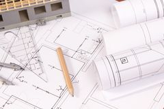 Diagramas bondes, acessórios para o uso em trabalhos do coordenador e casa sob a construção Fotos de Stock Royalty Free