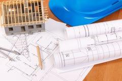 Diagramas bondes, acessórios para trabalhos do coordenador e casa sob a construção, conceito home de construção Fotografia de Stock Royalty Free