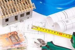 Diagramas bondes, ferramentas do trabalho para o uso em trabalhos do coordenador, casa sob a construção e moedas euro- Fotos de Stock Royalty Free