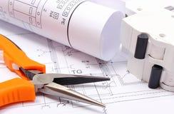 Diagramas bondes, fusível bonde e ferramentas do trabalho no desenho de construção da casa Imagens de Stock