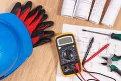Diagramas bondes, multímetro para a medida na instalação elétrica e acessórios para o uso em trabalhos do coordenador Imagem de Stock