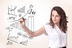 Diagramas del gráfico de la mujer en whiteboard Imágenes de archivo libres de regalías