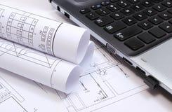 Diagramas, dibujos de construcción y ordenador portátil eléctricos Foto de archivo
