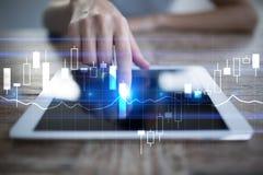 Diagramas e gráficos na tela virtual Estratégia empresarial, tecnologia da análise de dados e conceito financeiro do crescimento imagens de stock royalty free