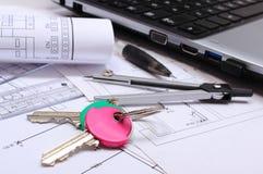 Diagramas eléctricos, accesorios para dibujar, teclas HOME y el ordenador portátil Foto de archivo libre de regalías