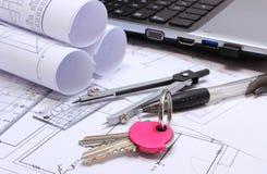 Diagramas eléctricos, accesorios para dibujar, teclas HOME y el ordenador portátil Imagen de archivo libre de regalías