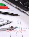 Diagramas eléctricos, accesorios para dibujar y ordenador portátil Fotos de archivo