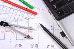 Diagramas eléctricos, accesorios para dibujar y ordenador portátil Fotos de archivo libres de regalías