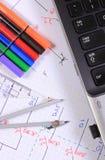 Diagramas eléctricos, accesorios para dibujar y ordenador portátil Imágenes de archivo libres de regalías