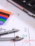 Diagramas eléctricos, accesorios para dibujar y ordenador portátil Foto de archivo