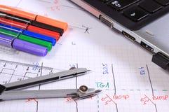 Diagramas eléctricos, accesorios para dibujar y ordenador portátil Fotografía de archivo