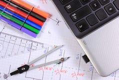 Diagramas eléctricos, accesorios para dibujar y ordenador portátil Imagen de archivo