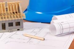 Diagramas eléctricos, accesorios para los trabajos del ingeniero y casa bajo construcción, concepto casero constructivo Imágenes de archivo libres de regalías