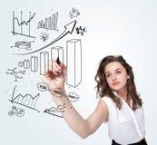 Diagramas novos do desenho da mulher de negócio no whiteboard Fotografia de Stock Royalty Free