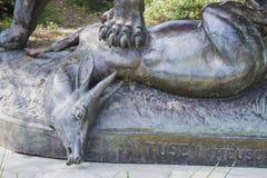 Diagramet av en lejoninna, som tafsar, krossade en antilop i Albert 1 parkerar nära Promenade des Anglais arkivbilder