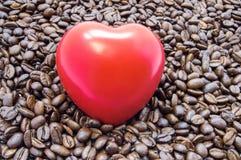 Diagramet hjärta är bland grillade kaffebönor Effekter av kaffe och koffein på hjärta fungerar, hjärtslaget, rytm och rollen i de royaltyfri bild