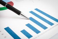 Diagramm auf einem Finanzbericht Stockfotografie