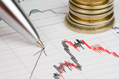 Diagramm auf Finanzreport/Zeitschrift Lizenzfreies Stockbild