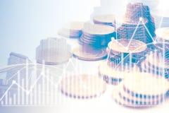 Diagramm auf Reihen von Münzen für Finanz- und Bankwesenkonzept Stockfotografie
