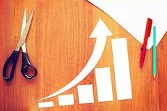 Diagramm der Geschäfts-Zunahme mit einem Pfeil, der oben steigt Stockfotos
