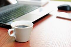 Diagramm mit den leeren und vollen Schalen frischem Espresso, Ansicht von oben Lizenzfreies Stockbild