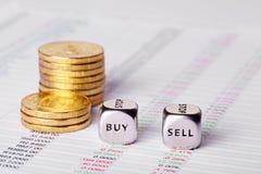 Diagramm, prägt und würfelt Würfel mit Wörtern verkaufen Kauf. Stockfotografie