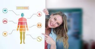 Diagramm und Frau des menschlichen Körpers, die Karte halten Stockfoto