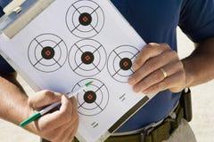Diagramma dell'obiettivo di Holding Clipboard With dell'istruttore Immagine Stock Libera da Diritti