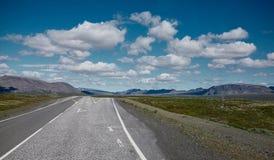 Diagramma della strada asfaltata in un paesaggio soleggiato luminoso della montagna Immagine Stock Libera da Diritti