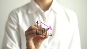 Diagramma di diminuzione del disegno della donna con giù la freccia rossa sullo schermo trasparente Immagine Stock