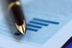 Diagramma di finanze della penna Fotografie Stock